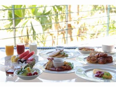 地元の食材を味わえる50品以上の種類豊富な朝食ブッフェ