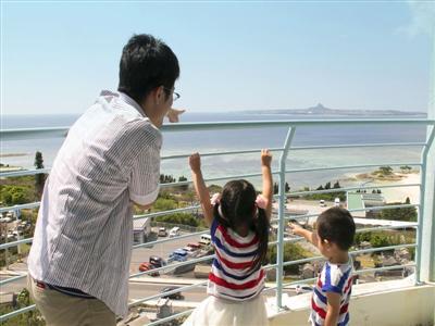 眼下に広がる真っ青な海と遠くには伊江島の風景を