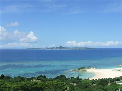 青い海の向こうには伊江島を望むことができる広大なロケーションです。