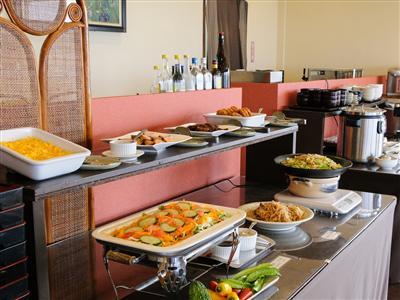 高台から海を眺めながら、地元の食材を活用した朝食ブッフェを味わう