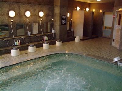 サウナも併設している大浴場で汗を流してサッパリしてください