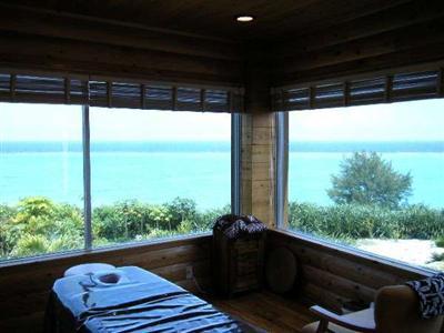美しい海の景色を眺める個室でのヒーリングエステ