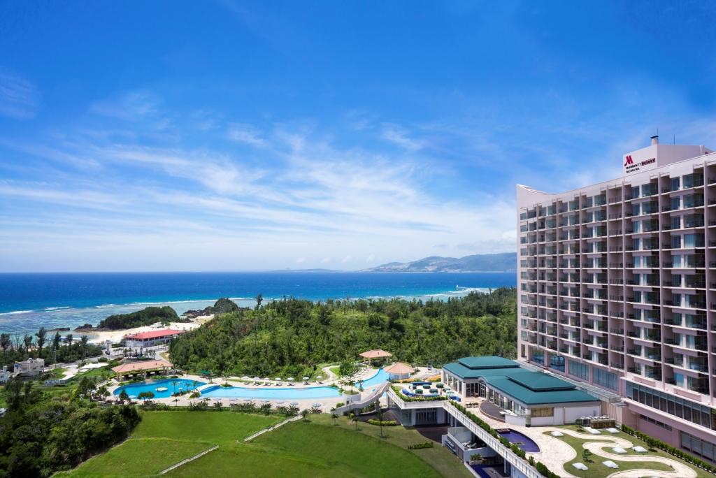 全長170mの広大なプールが魅力。全室海を望む高台のリゾート&スパ