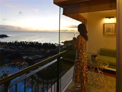 東シナ海を一望できるガラス張りの開放的な客室
