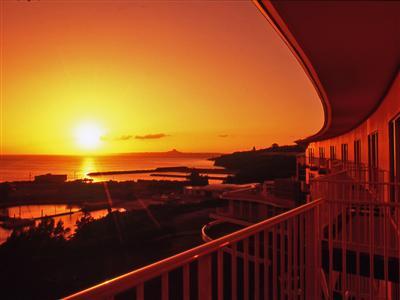 テラスからはオレンジに染まる海と空の景色を堪能