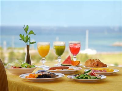 海を見渡す会場で味わう、島野菜をふんだんに使用した朝食