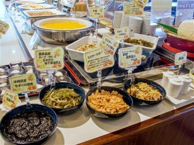 八重山の食材をふんだんに使用した沖縄料理が多数並ぶ朝食!