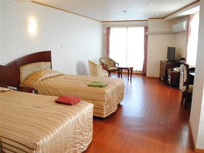 ゆったりとした余裕のある客室。フローリングタイプで過ごしやすい