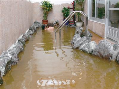 天然温泉施設が隣接。大浴場・家族風呂・サウナも完備