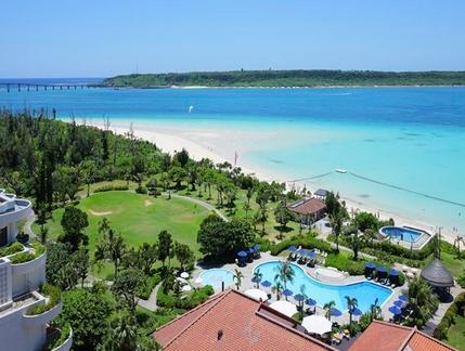 ホテルの前にはエメラルドグリーンの与那覇前浜ビーチが広がる