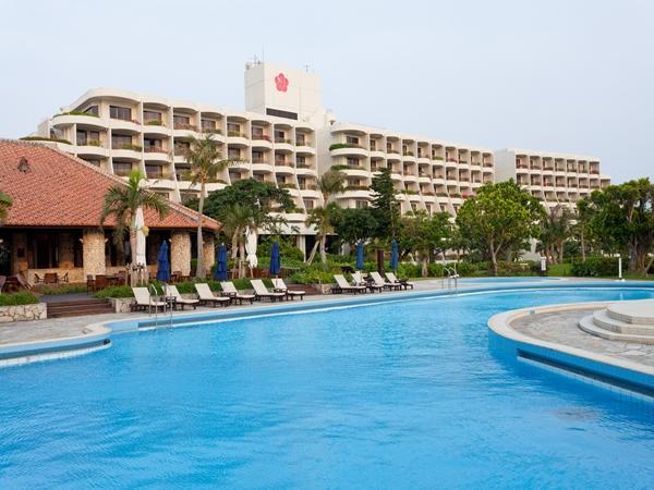 珊瑚礁に囲まれたマリンスポーツ満載のホテル