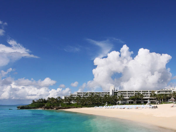 天然の白い砂浜に、透明度が高い「ムーンビーチ」