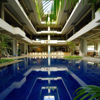 半屋外プールは温水プールの為、一年中楽しめる