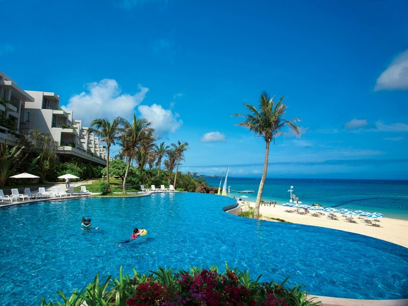 目の前に三日月型の天然ビーチが広がる歴史あるリゾートホテル