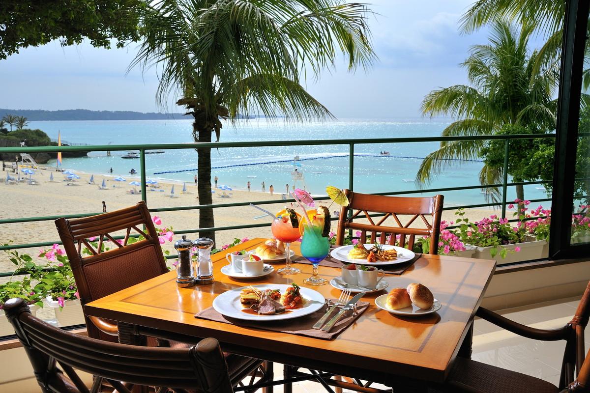 朝食は海を眺めながら食事ができる