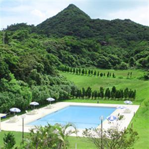 緑に囲まれた屋外プール、大自然の中でのひと時が堪能いただけます