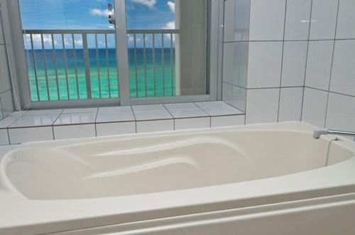 海が見えるバスルームが人気
