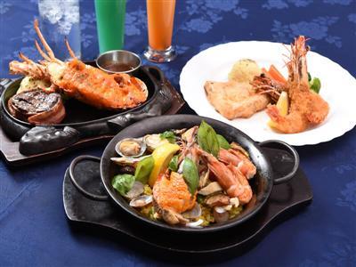 夕食は地元客に人気のレストランでシーフードとトロピカルドリンクを