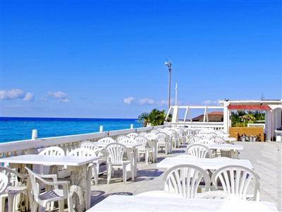 洋食スタイルの朝食は、海を望むテラス席で
