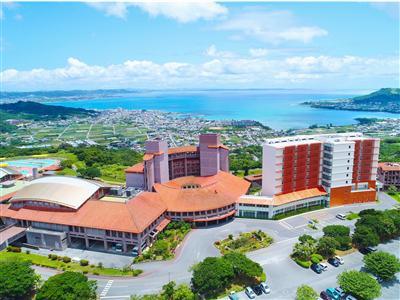 南城市と太平洋を見渡す、佐敷の丘に建つ高台のホテル