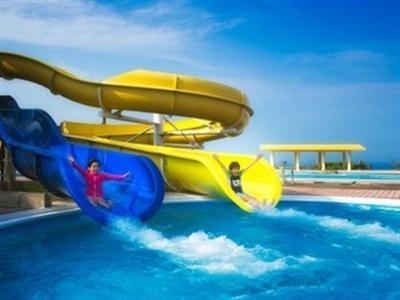 ウォータースライダー付の屋外プールは子供から大人まで楽しめます。