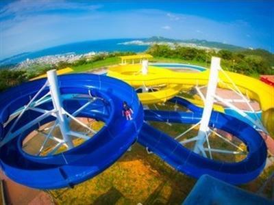 夏には、沖縄では珍しいスプラッシュスライダーを楽しめる!