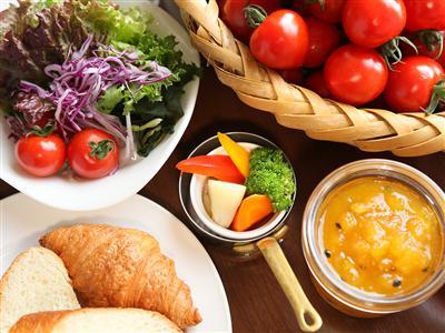 ブッフェスタイルでいただく、新鮮野菜を中心とした和洋食の朝食