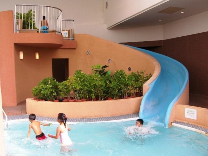 屋内プールには子どもに人気のウォータースライダーを完備