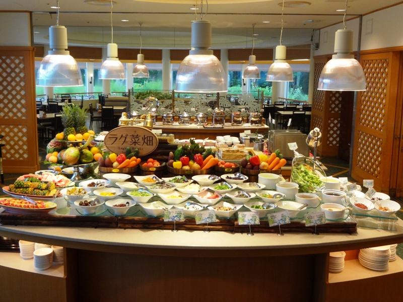 まるで菜園のようなサラダバーなど 100品以上が並ぶ豪華ブッフェ