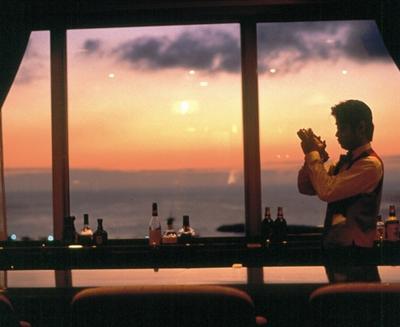 移り変わる景色を眺めながら味わうカクテルで大人の落ち着いたひとときを
