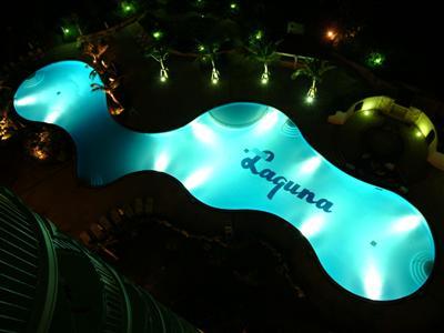 夏季限定のプールは地域最大級!夜のライトアップもおすすめ