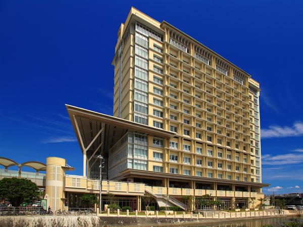 那覇空港からモノレールで約10分の旭橋駅直結のホテルでアクセスが便利