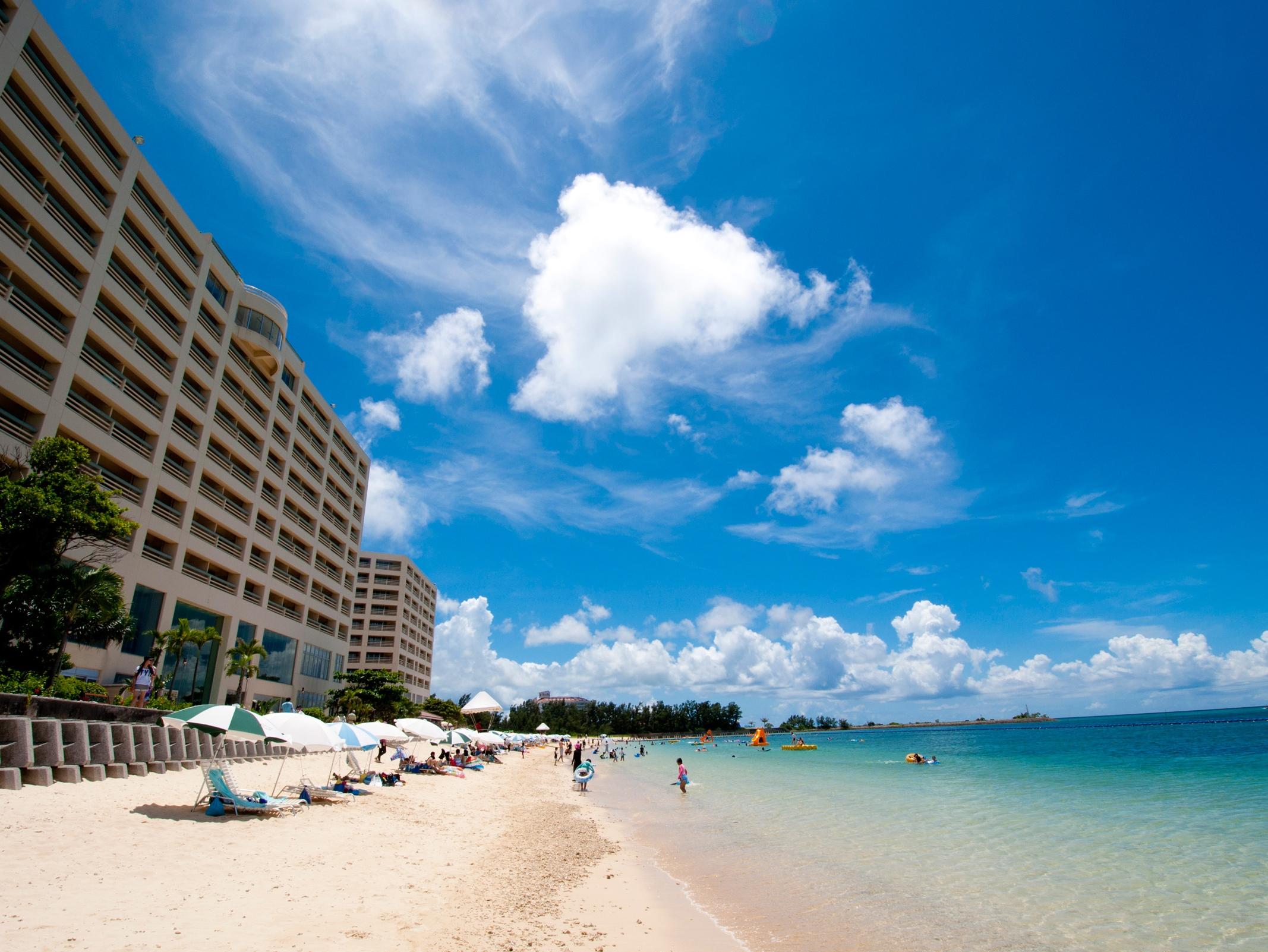 オンザビーチで沖縄を満喫できる大型リゾートホテル