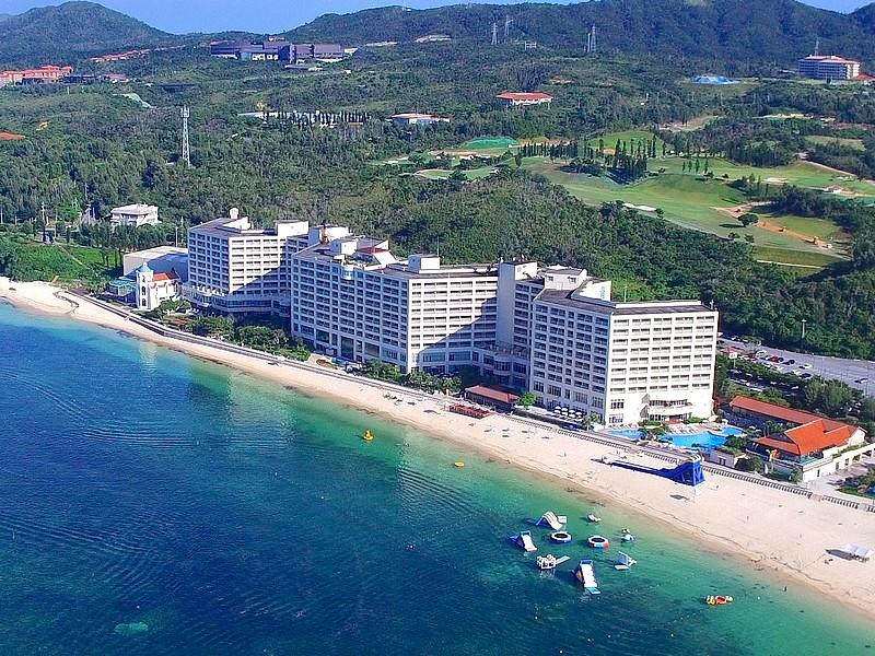 ホテルからすぐに海。水着のまま屋外プールとビーチの行き来ができる