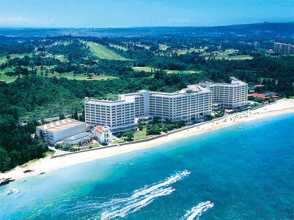 天然ビーチがすぐ目の前、沖縄で一番大きいオン・ザ・ビーチのホテル