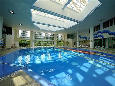 年中泳げる屋内温水プール。子ども用プールも完備
