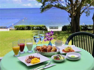 朝食は和洋食のブッフェスタイル。潮風を感じるテラス席が人気
