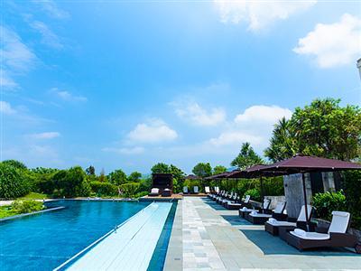 やんばるの自然に囲まれたプールで静かにリゾートを堪能