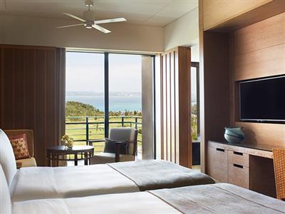 海と緑の景色と広い空間が高級感を漂わせる「ベイデラックスルーム」