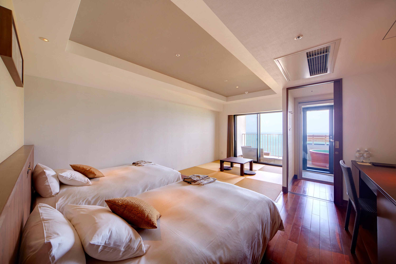 モダンな雰囲気の畳のあるお部屋からは東シナ海が一望できます