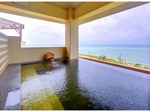 沖縄の青い海を眺めながら入れる露天風呂