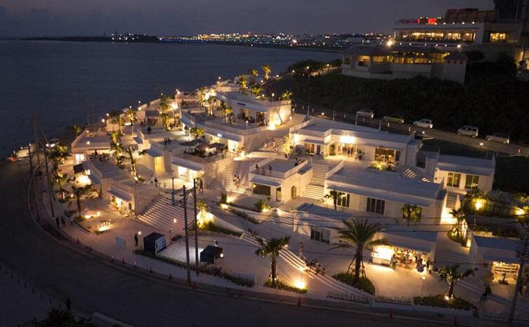 地中海沿いの街並みのような沖縄の新名所「ウミカジテラス」が徒歩圏内