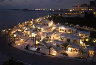 ホテル近くの観光施設「ウミカジテラス」は昼も夜も楽しめる