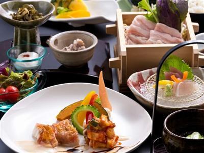 スゴ腕の料理長が手がけるレストランで「和流創作料理」の夕食を