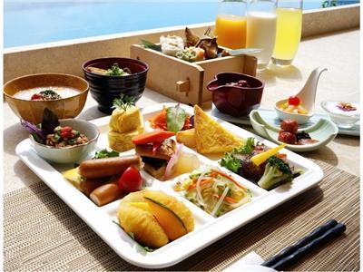 薬膳シンメイ鍋などが並ぶ朝食バイキングは海を望むテラス席で味わって
