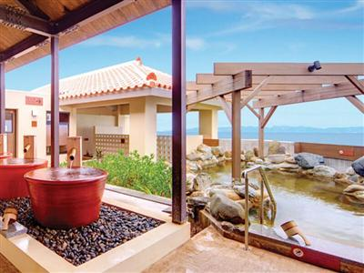 海を一望できる温泉露天風呂。足つぼを刺激する立ち湯がおすすめ