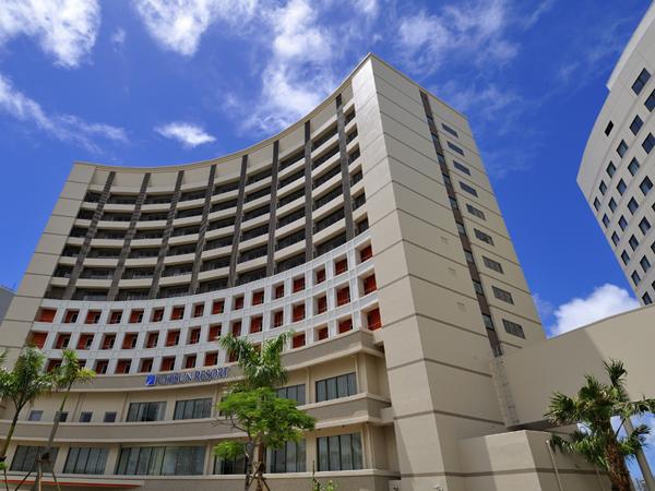 ロワジールホテル那覇と施設を共有しつつ、ワンランク上の滞在が可能