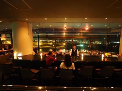 最上階のバーから見渡すサンセットと那覇の夜景