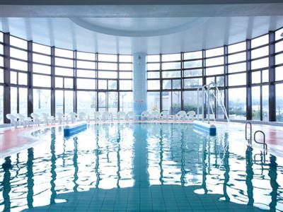 天然温泉がプールの水に!1年中楽しめる「室内クアプール」