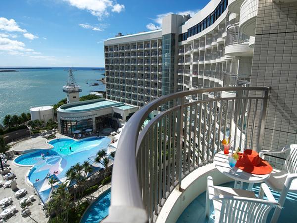 海側の客室はバルコニーから海を望み、那覇でもリゾート感を味わえる